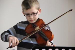 Geige spielender Junge